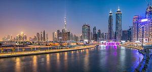 Dubai Water Canal en de  skyline van Dubai