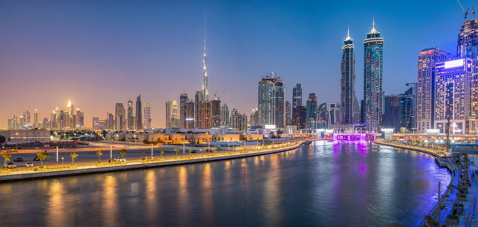 Dubai Water Canal en de  skyline van Dubai van Rene Siebring