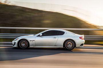 Maseratie sportscar sportcoupé in grijs op de snelweg van Atelier Liesjes