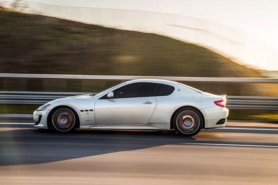 Maseratie sportscar Sportcoupé in grau auf der Autobahn