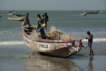 Vissersboot in Gambia, met Messi als boegbeeld von Susan van der Riet