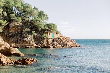 Klein huisje op de rotsen aan zee in Spanje | Moderne kleurrijke reisfotografie wall art print van Milou van Ham