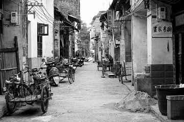 Straatbeeld ouderwetse motorfietsen in het oude China van