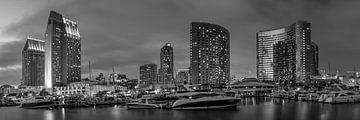 SAN DIEGO Skyline am Abend | Panorama Monochrom von Melanie Viola