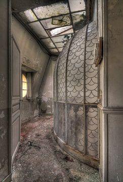 Glazen koepel in een verlaten kasteel van Kristof Ven