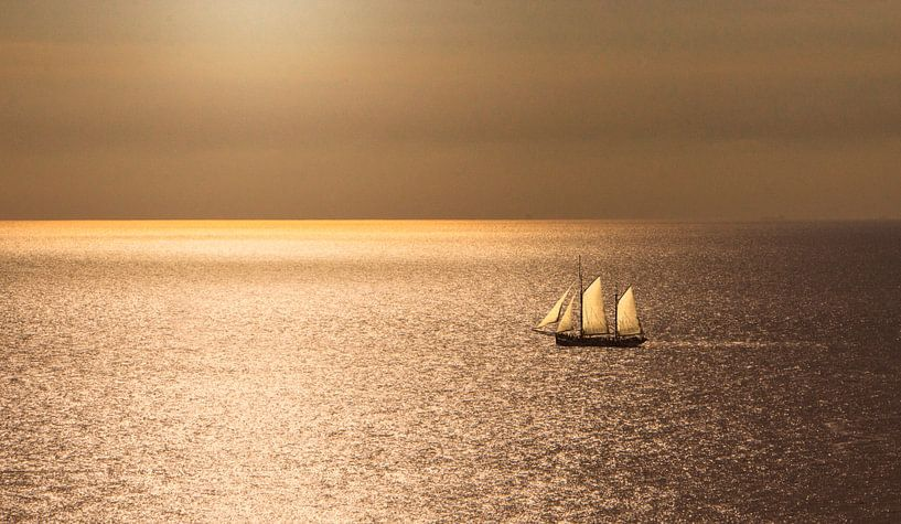 2347 Sailing on the North Sea van Adrien Hendrickx