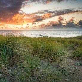 de duinen en de Noordzee tijdens de zonsondergang van eric van der eijk