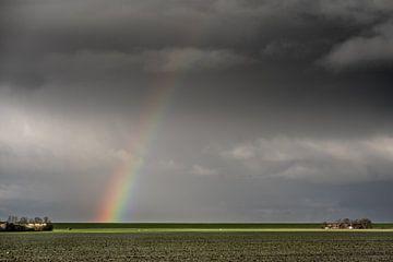Regenboog boven de Waddendijk in Friesland vlak boven Hallum van Harrie Muis