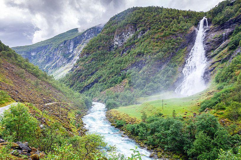 Waterval Avdalsfossen in het Ardal in Noorwegen van Evert Jan Luchies