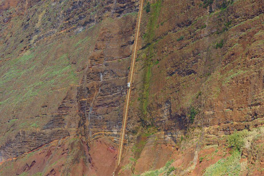 Lift tegen de rotsen in Madeira van Michel van Kooten