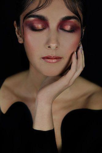 Vrouw in het zwart met roze make-up