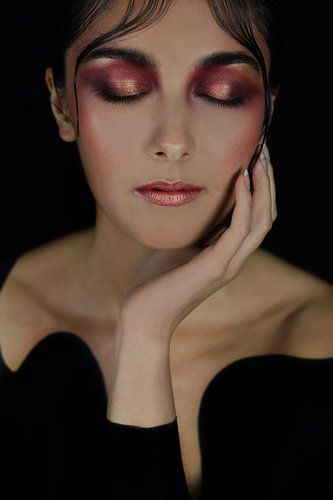 Vrouw in het zwart met roze make-up van Iris Kelly Kuntkes