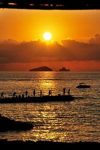 Zonsondergang met mensen op Ibiza - Spanje van