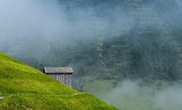 Einsame Hütte in den Bergen von Tim Briers