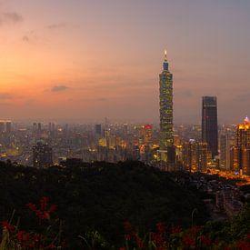Uitzicht op Taipei 101 net na zonsondergang van Jos Pannekoek