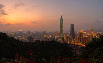 Uitzicht op Taipei 101 net na zonsondergang van