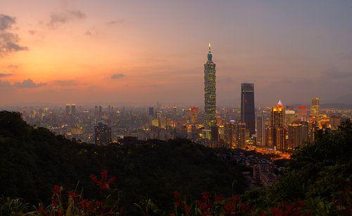 Uitzicht op Taipei 101 net na zonsondergang