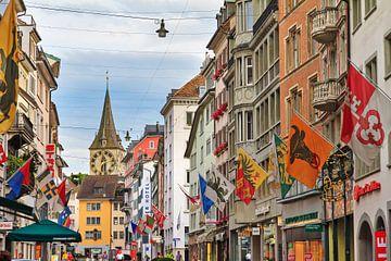 Zurich stadsgezicht met vlaggen van