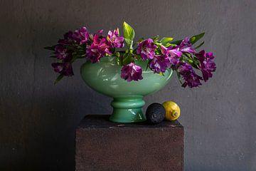 Stilleven van paarse bloemen in groene vaas van Affectfotografie