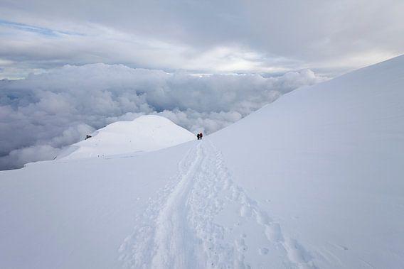 Berglandschap met bergbeklimmers of alpinisten op de Dôme du Goûter in sneeuw, Mont Blanc, Frankrijk van Frank Peters