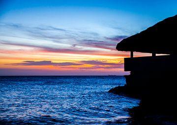 Strandhuis bij kleurrijke zonsondergang van Joke Van Eeghem