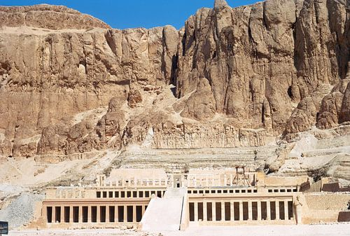 De tempel van Hatsjepsoet op de westoever van de Nijl tegenover de stad Luxor van