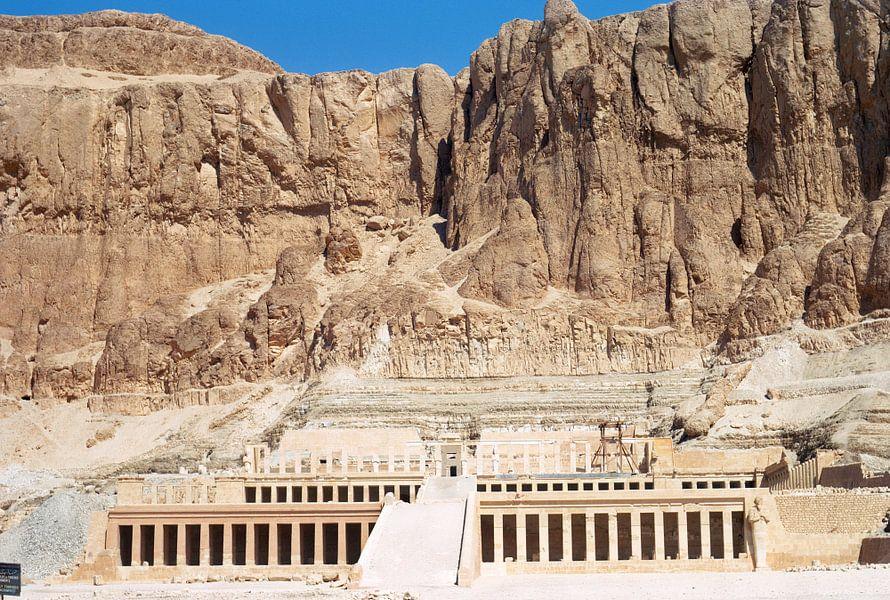 De tempel van Hatsjepsoet op de westoever van de Nijl tegenover de stad Luxor
