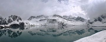 Lunersee  met sneeuw in Oostenrijk in Brandnertal Vorarlberg van Karin vd Waal