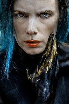 Vrouw met blauw haar en gouden verf van Laura Wienk