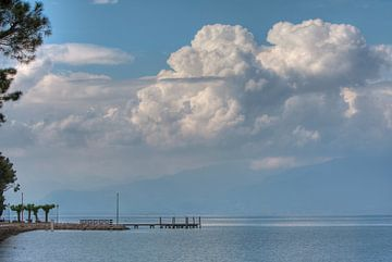 Wolken boven garda van Guido Akster