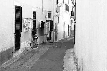 Straße mit Wäsche, Gallipoli Italien von Inge Hogenbijl