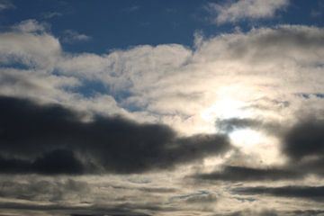 Grillig wolkenspel van Rosalie Broerze