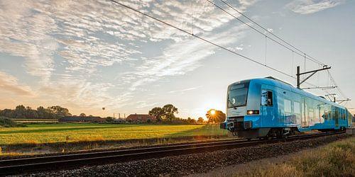 Der Zug in der niederländischen Landschaft: Barneveld-Nord von John Verbruggen