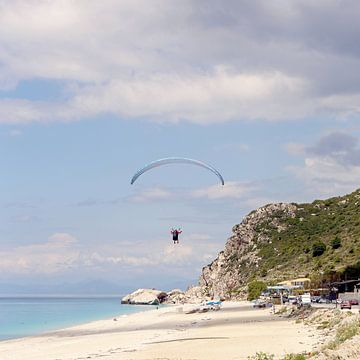 Gleitschirmfliegen über der Insel Lefkada / Griechenland von Shot it fotografie