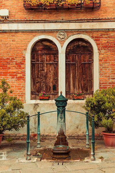 Oude dorpspomp in Venetie in Italie van Hilda Weges
