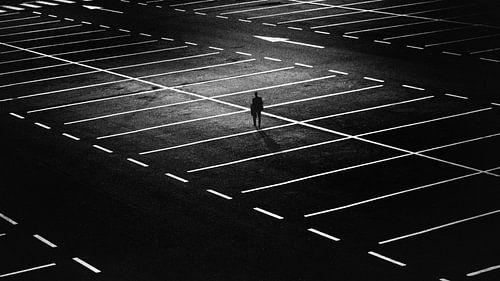 Man op leeg parkeerterrein