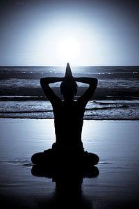 Meditatie bij zonsondergang aan zee van