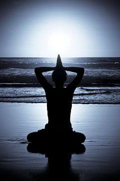 Meditatie bij zonsondergang aan zee von Nisangha Masselink
