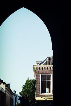 Doorkijkje onder de Domtoren in de Servertstraat in Utrecht van
