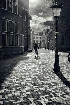 Straatfotografie in Utrecht. De fietser Achter de Dom in Utrecht in zwart-wit. (Utrecht2019@40mm nr  van
