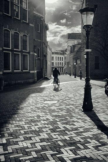 Straatfotografie in Utrecht. De fietser Achter de Dom in Utrecht in zwart-wit. (Utrecht2019@40mm nr