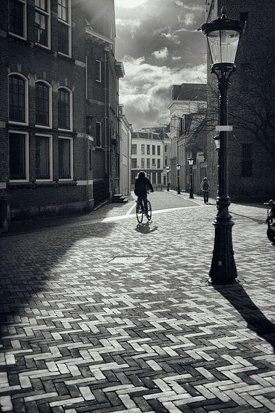 Straatfotografie in Utrecht. De fietser Achter de Dom in Utrecht in zwart-wit. (Utrecht2019@40mm nr  van De Utrechtse Grachten