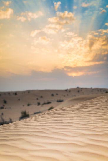 Zonsondergang boven zandduinen in de woestijn van Dubai