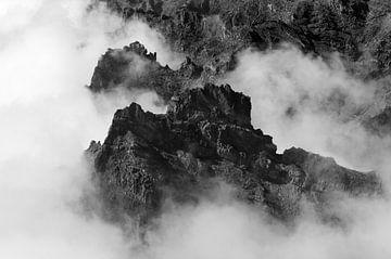 Berglandschaft auf La Palma im Nebel von Kees Kroon