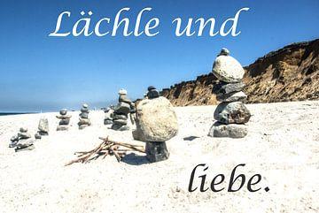 Lächle und liebe. (Steinmännchen) von Norbert Sülzner