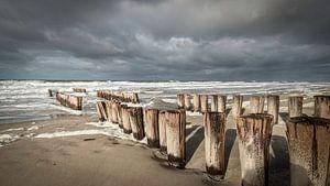 Golfbrekers aan stormachtige Zeeuwse kust