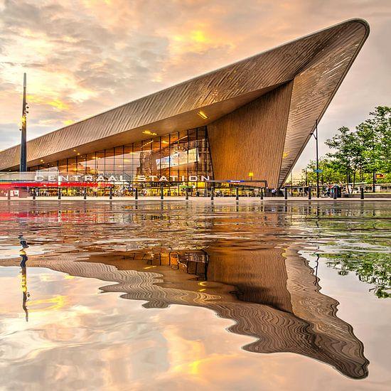 Waterspiegeling Centraal Station van Frans Blok