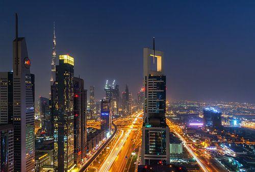 Sheikh Zayed Road in Dubai van Ilya Korzelius