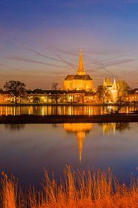 Stadsfront van Kampen in de avond van