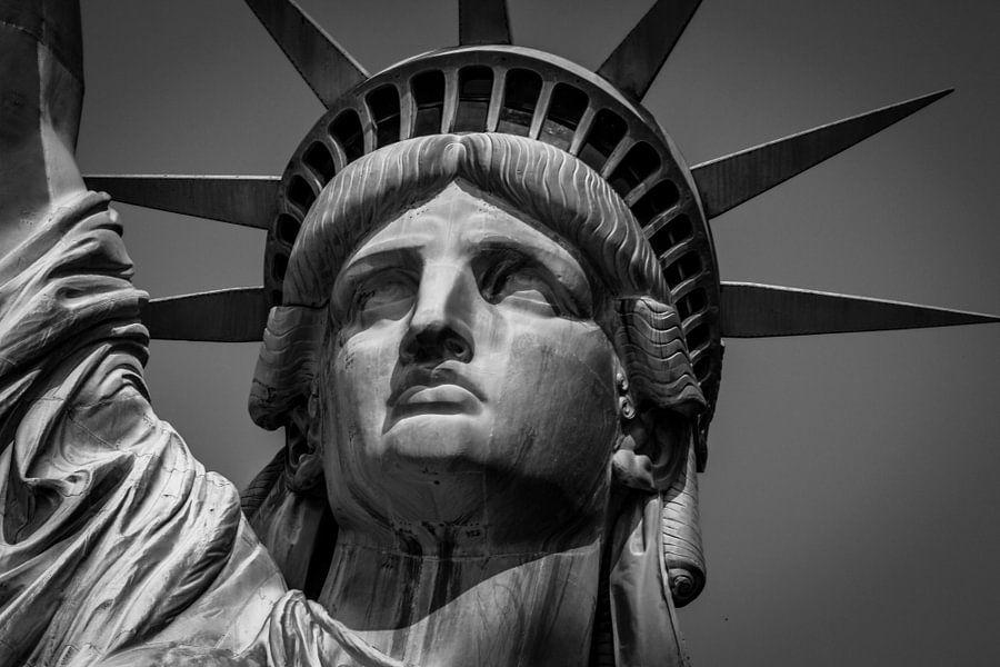 Een fakkel, een kroon, een datum, een collage van het vrijheidsbeeld (FOTO 2/3)